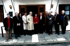 Αναμνηστική φωτογραφία στο τέλος της εκδήλωσης στην είσοδο του ιδρύματος